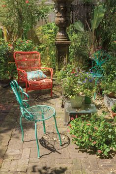 10 Ideas For Decorating A Vibrant Bohemian Patio | Landscaping ... Hangepflanzen Blumenampeln Balkon