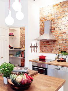 Skønt køkken med murstensvæg