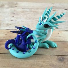 """ Poor mama dragon, never a moments peace ----------------------------------------- . Nommin on Mom Polymer Clay Dragon, Polymer Clay Figures, Polymer Clay Animals, Polymer Clay Projects, Polymer Clay Creations, Polymer Clay Art, Fimo Kawaii, Arte Do Kawaii, Polymer Clay Kawaii"