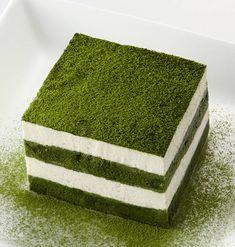 Зеленый чай тирамису | Японские рецепты | Ito En- БЕЗ яиц - (15см квадратного типа / 4 порции)  «Silky зеленый чай» 2 столовые ложки  Вода (или горячая вода) 200cc  Один из коммерчески доступного бисквита  сыр Маскарпоне (возврат к комнатной температуре) 100 г  Гранулированный сахар 1 столовая ложка  Сливки (жесткий пузыриться) 100cc  «Silky зеленый чай» (для украшения) соответствующее количество