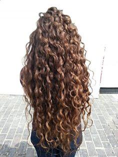 longs cheveux bouclés