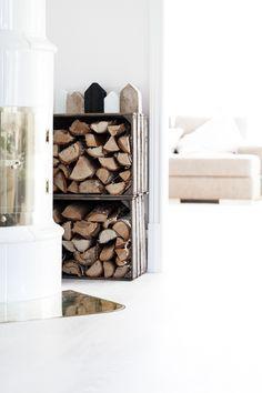 New fire wood storage box wooden crates Ideas Diy Wooden Crate, Wooden Crates, Wooden Boxes, Wine Crates, Wood Storage Box, Diy Storage, Crate Storage, Storage Ideas, Eco Deco