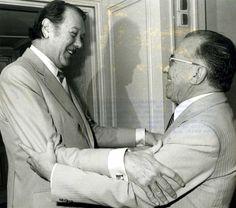 Santiago Carrillo saluda a Jorge Castañeda (1921-1997), ministro de Asuntos Exteriores de México, el 18 de junio de 1980 durante la visita oficial de este último a España. Foto EFE.