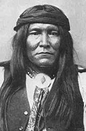 Чатто, воин чирикауаChiricahua) — индейское атабаскоязычное племя в США. Входит в состав народа апачи.Чирикауа вели непрекращающуюся войну против мексиканцев, а когда в 1848 году американцы утвердились на территории современных Аризоны и Нью-Мексико, то им понадобилось почти 50 лет, чтобы вынудить чирикауа окончательно капитулировать. 4 сентября 1886 года сдалась группа Джеронимо, последние свободные чирикауа, примерно 32 человека, из которых 14 были женщины и дети