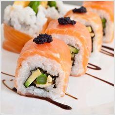 Uramaki sushi envuelto en salmónahumado