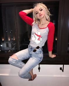 dove cameron outfits * dove cameron + dove cameron and thomas doherty + dove cameron style + dove cameron tattoo + dove cameron aesthetic + dove cameron gif + dove cameron hair + dove cameron outfits Dove And Thomas, Dove Cameron Style, Dove Pictures, A30, Girl Crushes, Her Style, Barista, Celebs, Street Style