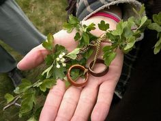 This gives me an idea... Interlocking some ivy with threads for the handfasting.