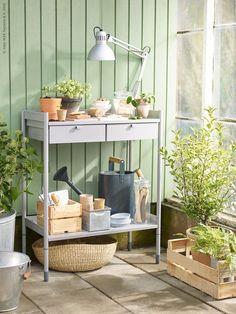 HINDÖ tafel voor vetpotten   Deze pin repinnen wij om jullie te inspireren. IKEArepint IKEA IKEAnederland inspiratie buiten tuin outdoor kweken planten bloemen urban tafel kast