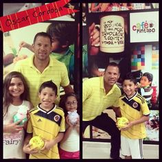 Oscar Cordoba Ex arquero de la selección Colombia, pintando con su familia en Café Pintado Cali.
