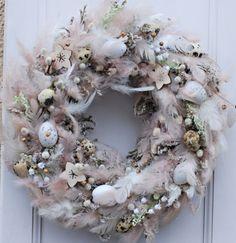 pudrový velikonoční věnec / Zboží prodejce Flowers and Easter Wreaths, Christmas Wreaths, Christmas Decorations, Holiday Decor, Easter Holidays, Holidays And Events, Floral Wreath, Flowers, Wreaths