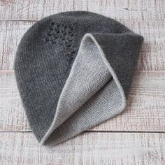 Обычная двойная кашемировая шапка. Моя прелесть Простые, лаконичные формы прекрасны и совершенны. ______________________ Мы идем пробовать отфотографировать целую стопку шапок на модели, то бишь на мне , но результат может быть неожиданным  Доброго воскресенья вам! ❄️❄️❄️ Чем заняты?
