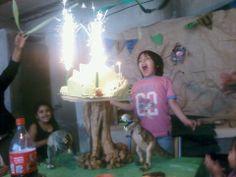 Virginia nos ha mandado esta foto del 5º cumpleaños de Agustín, que celebró por todo lo alto con dinosaurios, volcanes y bengalas en Argentina. Gracias Virginia  Nos encanta !!!!