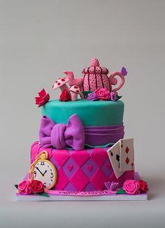 Disney-Alice in Wonderland. View more at Suburban Fandom's Fan Cakes board http://pinterest.com/SuburbanFandom/fan-cakes/