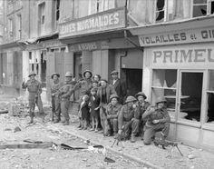 Des civils caennais avec des soldats britanniques