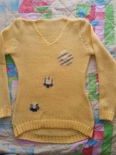 Buso o saco de lana amarillo claro..con apliquez  en tela