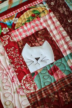 Best 5 Free Christmas Quilt Patterns For Beginners cat potholder laurraine yuyama patchwork pottery Source: website crazy cats adorable . Log Cabin Quilts, Édredons Cabin Log, Log Cabin Patchwork, Mini Quilts, Small Quilts, Fabric Art, Fabric Crafts, Sewing Crafts, Quilting Projects