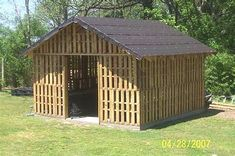 A shed made from pallets- how clever... maybe do this for chicken coop?