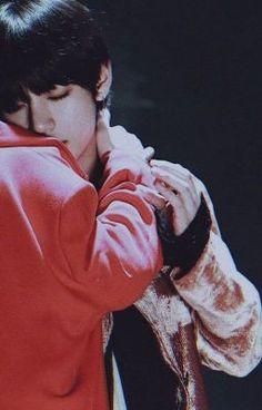 #wattpad #fanfic #taehyung #bts #btsfanfic Hay chicas lindas, otras son tímidas, alegres y tiernas. Están las que dan miedo, las que tienen muchas citas , y las que son como yo,  que el amor no se les da.  Estoy enamorada de un chico, que tiene novia y solo me ve como la amiga que escucha.  ¿Ven? el amor no es para mi. Pero, ¿ y si se lo di...