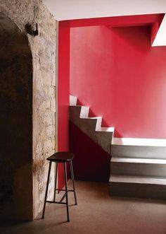 Le rouge framboise Farrow & Ball éclaire la montée d'escalier.