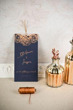 """Elegante Einladung zur Hochzeit in modernem Blau und Kupfer und mit floralen Elementen als Einsteckkarte der Serie """"Estefania und Jasper"""" - carinokarten"""