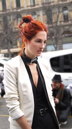 taylor_tomasi_hill Red- yes! Messy- yes! Stylish- yes! Taylor Tomasi, Best Street Style, Street Chic, Street Styles, Charlotte Rampling, Twiggy, Alexa Chung, Jamie Chung, Funky Hair Colors