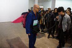 "Performance Art / Performance Kunst by Patrick Jambon 第五届""广州·现场""国际行为艺术节于小洲人民礼堂盛大开幕-新闻中心-最新、最全面的广东文化新闻 公共文化新闻-广东文化网"