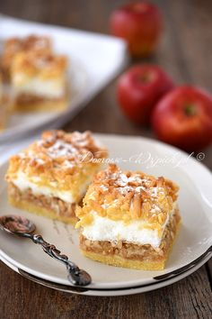 Apple pie with meringue and crumble Polish Desserts, Polish Recipes, Just Desserts, Apple Cake Recipes, Dessert Recipes, Happy Foods, Pastry Recipes, Homemade Cakes, No Bake Cake