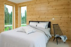Naturally coloured pine with transparent UV treatment by Osmo Color. Honka Log Homes. Cabin Homes, Log Homes, Scandinavian Cabin, Interior Decorating, Interior Design, Interior Walls, Master Bedroom, Sweet Home, Cottage