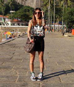 | T-shirt + Saia Preta + Tênis Cano Alto |