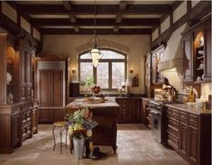Warm and Beautiful with Tuscan Kitchen Design. The very popular style kitchen designs are the Tuscan kitchen design. One of the reasons why Tuscan kitchen design is becoming popular is that this style o Tuscan Kitchen Design, Country Kitchen Designs, Tuscan Design, Tuscan Style, Interior Design Kitchen, Rustic Design, Wood Design, Tuscan Art, Design Toscano