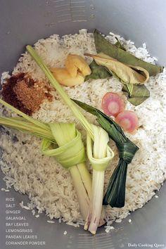 Nasi Uduk Bayam - Fragrant Coconut Rice with Spinach Rice Recipes, Asian Recipes, Vegetarian Recipes, Cooking Recipes, Nasi Liwet, Nasi Lemak, Nasi Goreng, Indonesian Cuisine, Indonesian Food Traditional