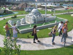 Miniatürk. Este es un parque gigante que visité y me encantó. Está en Turquía, se trata de un recorrido de modelos a escala de las obras arquitectónica más importantes del país. Incluye mezquitas, iglesias, ruinas romanas y griegas.