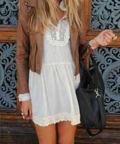Beyaz elbise ve deri ceket kombinasyonu