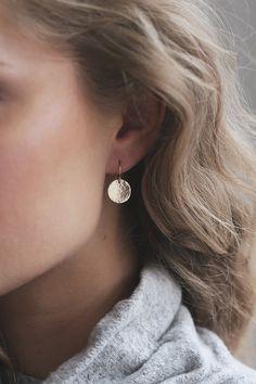 Hammered Disk Earrings Gold Filled Sterling Silver / Circle Dangle Earring / Minimalist Earrings / Geometric Shape, Delicate, Everyday Boucles d'Oreilles Minimalistes en Or Rempli ou par BohoStones Ear Earrings, Boho Earrings, Opal Birthstone, Engraved Jewelry, Minimalist Earrings, Handmade Silver, Ear Piercings, Jewelry Bracelets, Jewellery
