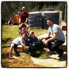Lavando una vecchia damigiana per agghindare il giardino a Poggio al Bosco