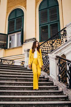 Ein gelber All-Over-Look ist schon Highlight an sich, weshalb ich empfehle das Drum-herum eher schlicht zu halten. Schwarz, Weiß und Grau lassen sich wunderbar damit kombinieren. Wer mutiger ist, kann zu Farben, wie einem sehr dunklem Aubergine oder Dunkelgrün greifen. Auch bei den Accessoires empfehle ich es eher dezenter zu halten. Yellow Suit, Outfits Casual, Mein Style, Confident Woman, 50 Fashion, Elegant, Colorful Fashion, Neue Trends, Suits For Women