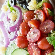 Салат по-гречески с пастой