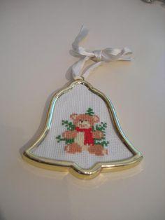Ornamento natalizio con orsetto ricamato a punto croce Christmas ornament with cross stitched bear Please visit my blog ilcestinodeilavori.blogspot.it