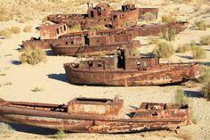 Mar de Aral Barcos abandonados por miembros de una antigua comunidad de pescadores, bastante importante, en el Mar de Aral. Este espacio ha pasado de ser el cuarto lago más grande del mundo a no aparecer entre los veinte primeros. Ha perdido su biodiversidad original, incluidas 28 especies de peces endémicos.