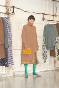 Balenciaga Pre-Fall 2018 Fashion Show Collection: See the complete Balenciaga Pre-Fall 2018 collection. Look 28