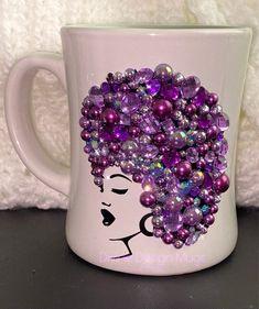 Etched Wine Glasses, Wedding Wine Glasses, Wine Glass Crafts, Wine Bottle Crafts, Wine Bottles, Coffee Mug Crafts, Diy Mug Designs, Painted Coffee Mugs, Inexpensive Wedding Favors