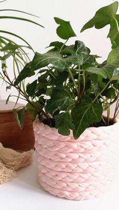 Doniczka z warkocza | Klinika DIY Wicker Baskets, Diy, Plants, Home Decor, Balcony, Decoration Home, Bricolage, Room Decor, Do It Yourself