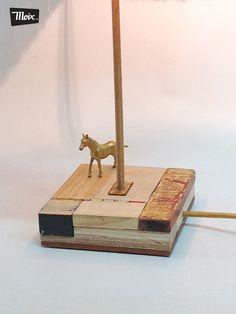 """Lámpara """"Lida de moix"""" - base en maderas de reciclo, varilla roscada de hierro latonado, pantalla textil de época. 50 €."""