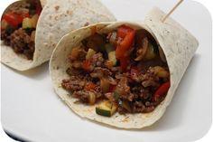 Op dit eetdagboek kookblog : Ingrediënten: 1 ui, 250 gram gehakt, 1 rode paprika, 1 courgette, chilisaus, tomatenketchup, ketjap manis, 6 wraps, Aantal personen: 3 Bak 1 gesnipperde ui