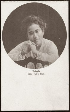 Batavia Girl ~ Java Indonesia ca 1910 Maluku Islands, Native Girls, West Papua, Dutch East Indies, Asian History, Borneo, Old Pictures, Southeast Asia, Poster