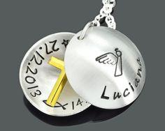 Goldenes Kreuz in einem personalisierten Medaillon. Besonderer Taufschmuck von galwani.de