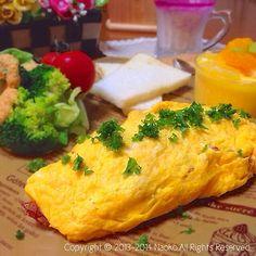 1つ前にUPした、 ✧コンビーフハッシュ✧からの展開⤴︎⤴︎  めたんこ旨旨(*´﹃ ` *)  コンビーフハッシュを軽く炒めてほぐしておき、マヨネーズをプラスした卵液でオムレツに〜〜〜♡ モッツァレラチーズも入れました♪  食べかけの断面が、すごく美味しそうで写真を撮ったけど〜やっぱりこっちの写真にしといた〜〜〜(≧∇≦) Blogに載せようかな・・・w  ✧✧✧その他✧✧✧  ♡ブロッコリーサラダ   クリーミードレッシングのレシピ7/1  ♡しそジュースの豆乳割り しそジュースのレシピ7/3  ♡Mizukiさんのみかんヨーグルトプリン 7/1まねっこ!(^ω^*)リピ! とっても爽やかで美味しいです♪ 今日もお世話になりました♡  *。゚✧*。゚*。゚✧*。゚  娘と渋谷のバーゲン予定なのに まだ起きない。。。( ̄▽ ̄;)