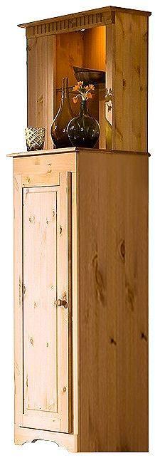 Sehr schöne Vitrine. Wahlweise mit Türanschlag rechts oder links. Aus FSC®-zertifiziertem, massivem Kiefernholz, gelaugt/geölt. Mit Kranzleiste oben. Seitlich mit offenen Fächern, mit sechs verstellbaren Einlegeböden, Fachinnenmaße (B/T/H): 15/15/ca. 23 cm. Oben zwei offene Fächer, mit einem verstellbaren Einlegeboden aus Glas, Innenmaße: 36/15/25 cm. Darunter eine Holztür. Hinter der Tür sind ...
