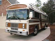 Blue Bird Wanderlodge - This 31 foot motor coach was build in the Wanderlodge factory in Fort Valley, GA. Called the National Park Model it was designed to come in under the length limit that was then in place in the National Parks. Bluebird Buses, Luxury Campers, Cool Rvs, Fort Valley, Converted Bus, New Bus, Camper Storage, Bus Camper, Bus Conversion