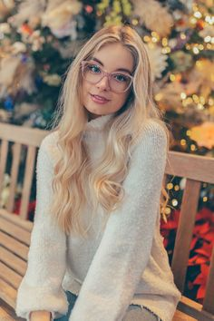 Bold frames, clear acetate, glittery glasses are just some of this Winter's trends. Enjoy beautiful eyeglasses and keep up with the trends. Remember, new year, new perspective. Pretty People, Beautiful People, Blond, Young Models, Cute Girls, Pretty Girls, Sexy Women, Hair Beauty, Cute Outfits